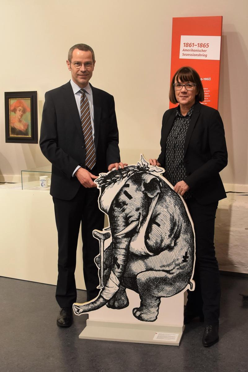 Freuen sich über das erfolgreiche erste Jahr des neukonzipierten Museums für Stadtgeschichte Landau in der Pfalz: Bürgermeister Dr. Maximilian Ingenthron und Museumsleiterin Christine Kohl-Langer.