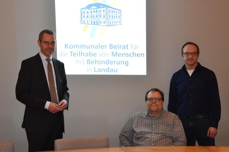 Gemeinsam mit dem Landesbeauftragten für die Belange von Menschen mit Behinderungen, Matthias Rösch, stellten der neu gewählte Vorsitzende Bürgermeister Dr. Maximilian Ingenthron (l.) und der städtische Behindertenbeauftragte Maik Leidner (r.) den Aktionsplan der Stadt Landau zur Umsetzung der UN-Behindertenrechtskonvention vor.