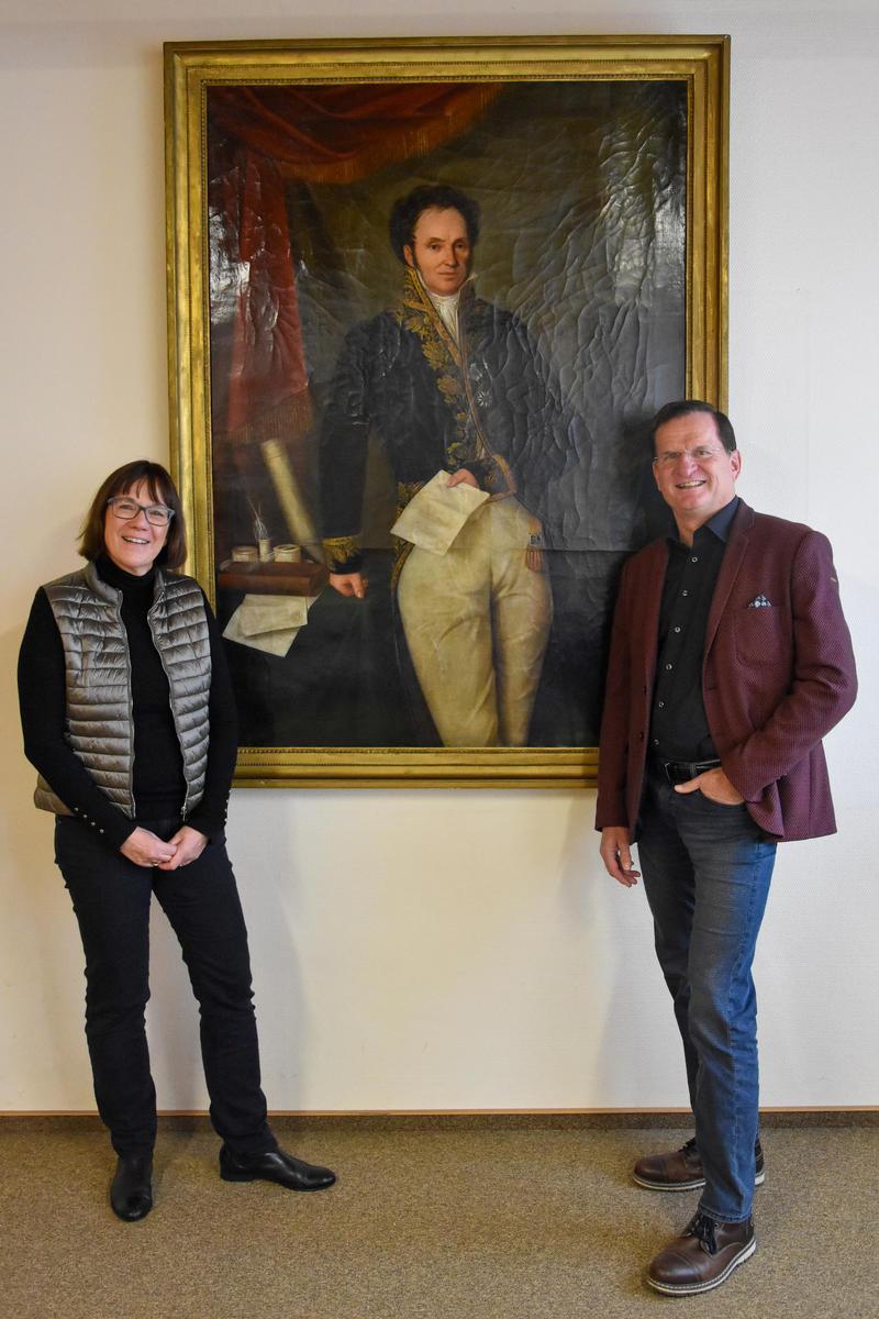 Ein Queichheimer kehrt zurück: Stadtarchivarin Christine Kohl-Langer und Ortsvorsteher Jürgen Doll freuen sich über das Ölgemälde des Revolutionärs Johannes von Birnbaum, das ab sofort das Sitzungszimmer des Ortsvorsteherbüros ziert.