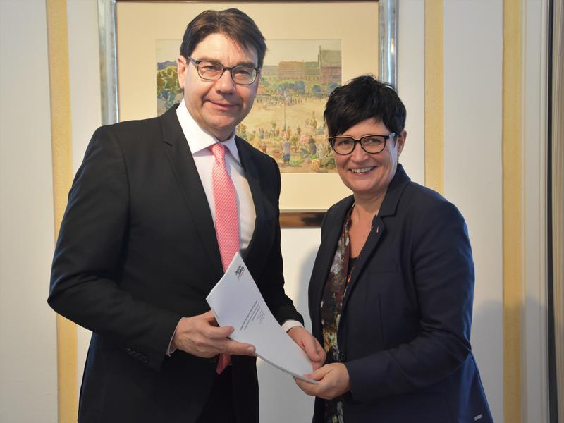 Landaus OB Thomas Hirsch, zugleich Vorsitzender des Rheinland-Pfälzischen Städtetags, überreichte der südpfälzischen Europaabgeordneten Christine Schneider jetzt die vom Deutschen Städtetag verabschiedeten europapolitischen Forderungen.