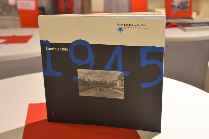 """Das Buch """"Landau 1945"""" wurde anlässlich des 75. Jahrestags des Bombenangriffs auf die Stadt Landau im Zweiten Weltkrieg neu aufgelegt und ist ab sofort im Stadtarchiv in der Maximilianstraße sowie im Landauer Buchhandel erhältlich."""