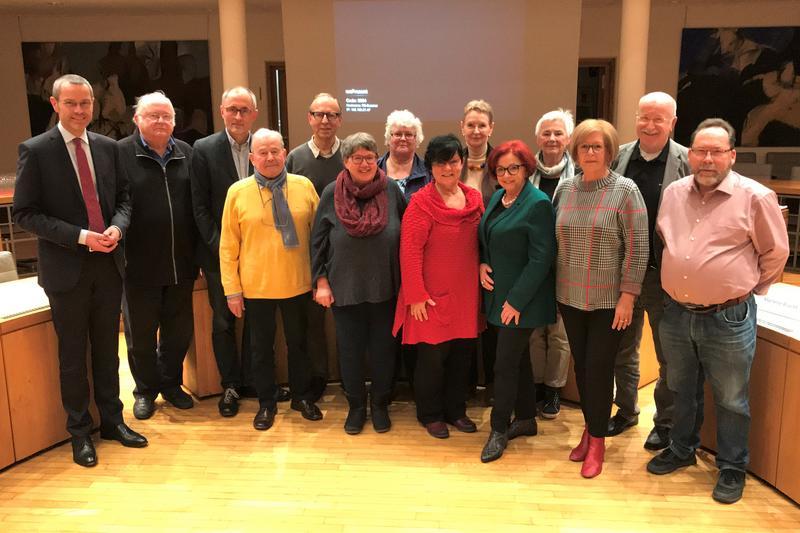 Bürgermeister und Sozialdezernent Dr. Maximilian Ingenthron (l.) mit den Mitgliedern des neu zusammengesetzten Beirats für ältere Menschen der Stadt Landau.