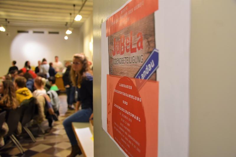 Zur Landauer Jugendversammlung kamen knapp 100 Jugendliche, um gemeinsam den ersten Jugendbeirat der Stadt Landau zu wählen.