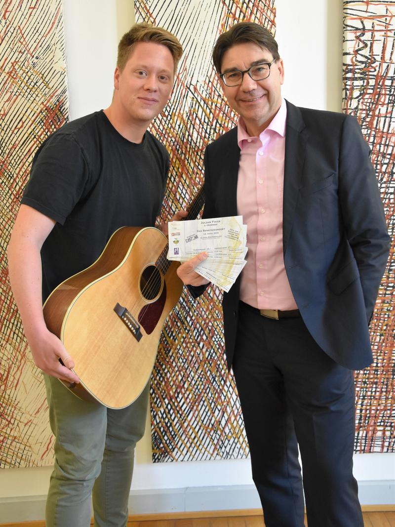 Freuen sich schon auf das Konzert für den guten Zweck im April in Landau: Musiker Julian Fiege (l.) und OB Thomas Hirsch.