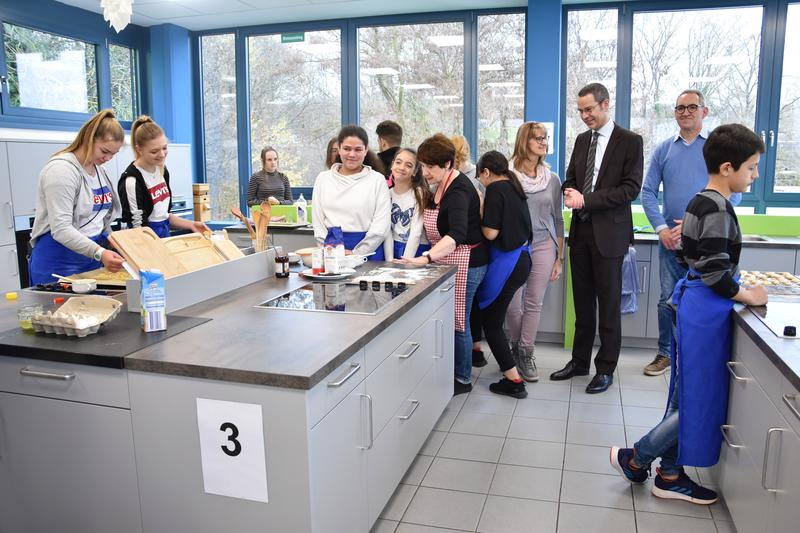 Große Freude an der Konrad-Adenauer-Realschule plus in Landau: Die neue Lehrküche wurde jetzt offiziell eingeweiht.