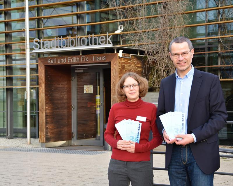 Die Leiterin der Stadtbibliothek Amelie Löhlein und Bürgermeister Dr. Maximilian Ingenthron freuen sich auf viele Besucherinnen und Besucher bei den 36. Landauer Büchereitagen.