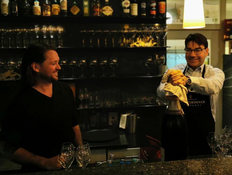 Champagner für den guten Zweck: Inhaber Adriano Casella und Oberbürgermeister Thomas Hirsch (v.l.n.r.) bei der Charity-Aktion 2019 im Feinkostgeschäft Casella in Landau.