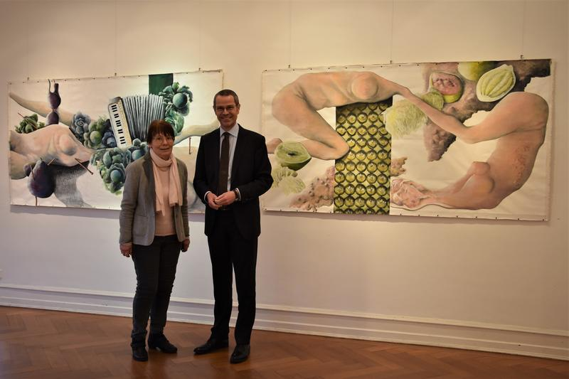 Noch bis 19. Januar können Kunstliebhaberinnen und Kunstliebhaber – so wie hier die Vorsitzende des Kunstvereins, Barbara Kleinschmidt, und Bürgermeister Dr. Maximilian Ingenthron – die Ausstellung Bildlabor3 in der Villa Streccius besuchen.