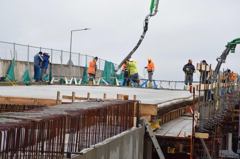 Bei der Arbeit: Eine Fachfirma hat am Mittwoch, 18. Dezember, den Überbau der Landauer Horstbrücke betoniert.