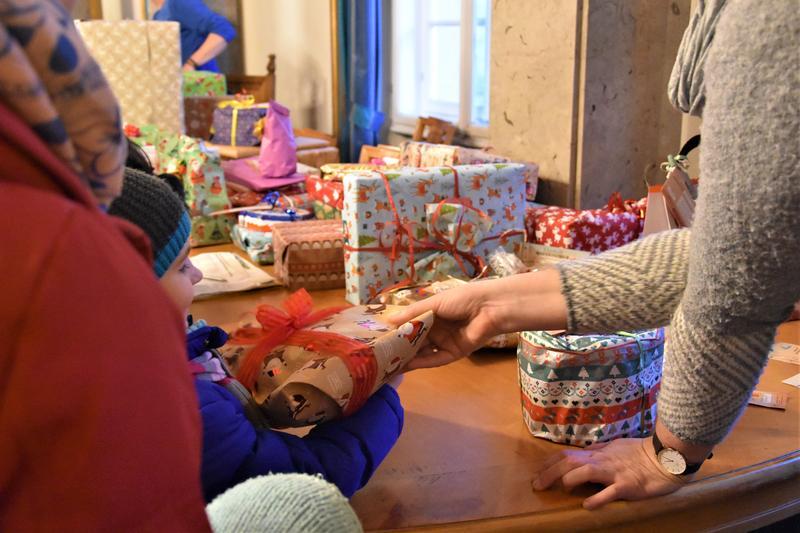 Geschenke, Geschenke, Geschenke: Mehr als 300 Kinder wurden im Rahmen der Kinderwunschbaum-Aktion im Empfangssaal des Landauer Rathauses beschenkt.