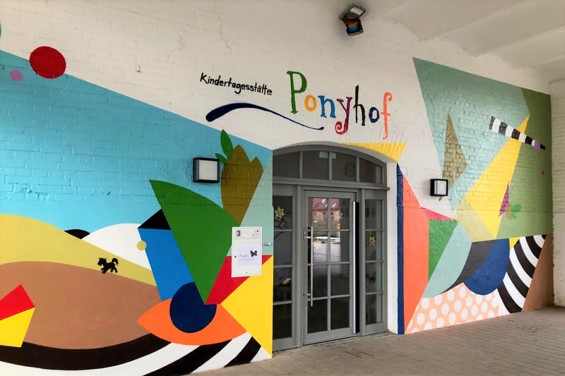 Graffitikünstler Till Heim hat im Auftrag des städtischen Gebäudemanagements den Eingang der Kita Ponyhof verschönert.