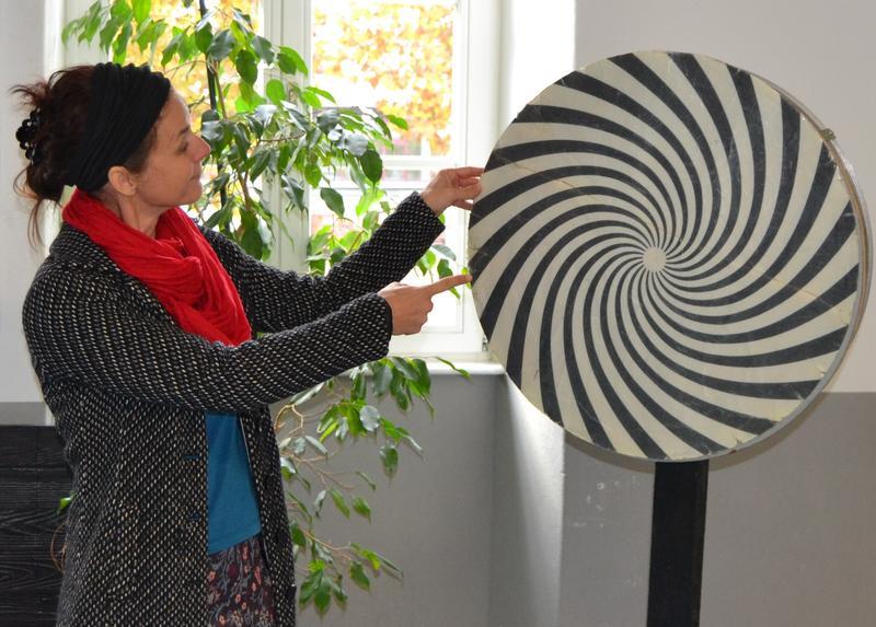 """Ina Rinck, Mitarbeiterin der städtischen Jugendförderung und Initiatorin des """"Hauses der Sinne"""" in Landau, mit einem der Exponate der beliebten Mitmachausstellung."""