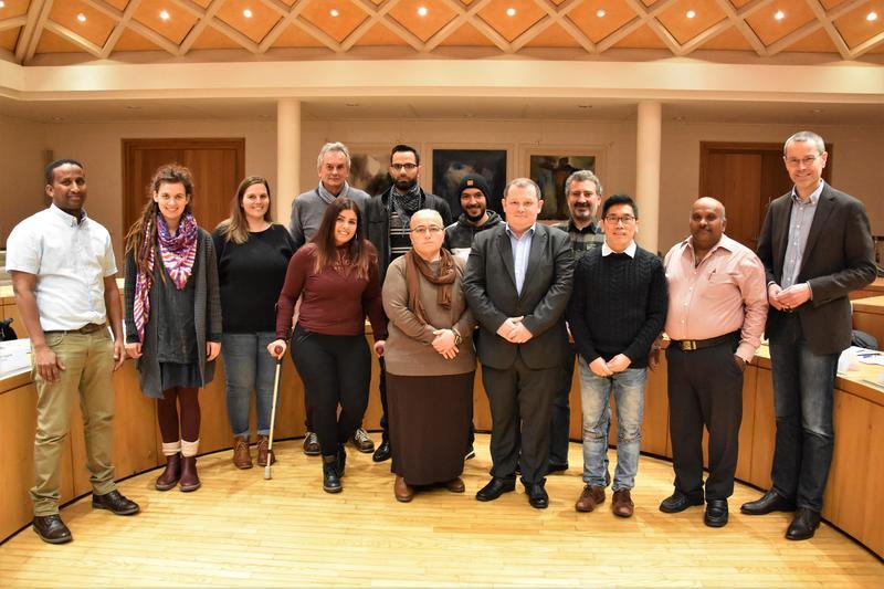 Für ein gutes Miteinander in Landau: die Mitglieder des neu gewählten Beirats für Migration und Integration gemeinsam mit Bürgermeister Dr. Maximilian Ingenthron bei der konstituierenden Sitzung im Ratssaal.
