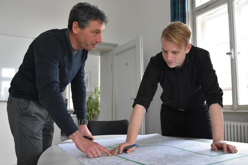 Was künftig reibungslos funktionieren soll, will gut geplant sein: Mobilitätsdezernent Lukas Hartmann (r.) und Ralf Bernhard, Leiter der Abteilung Mobilität und Verkehrsinfrastruktur des Stadtbauamts, beim Austausch zu aktuellen Mobilitätsthemen.