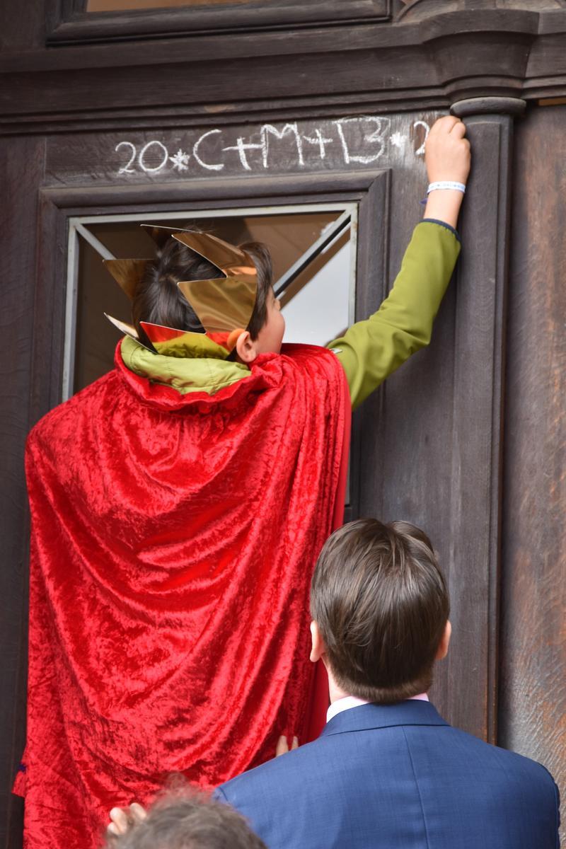 """Christus segne dieses Haus: Bei ihrem Besuch im Rathaus brachten die Sternsingerinnen und Sternsinger auch den Segensgruß """"20*C+M+B+20"""" an."""