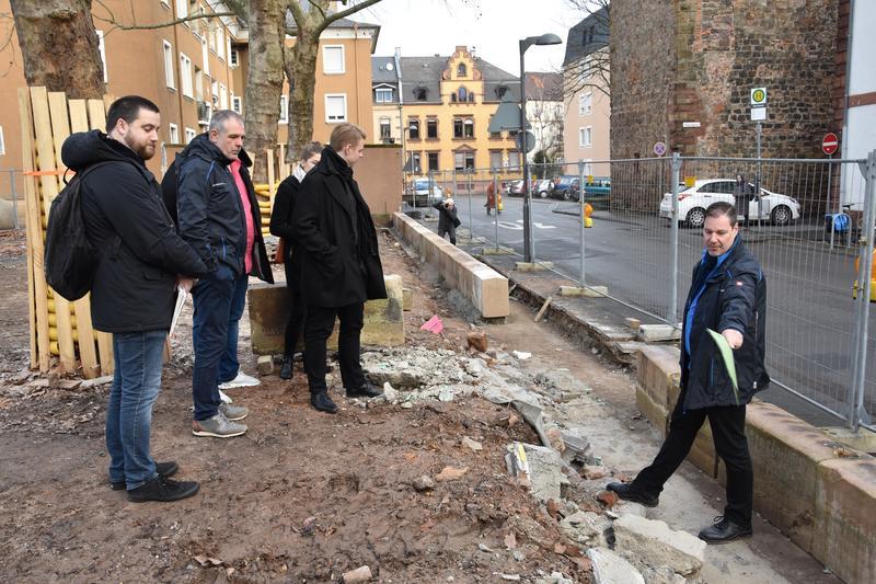 Beigeordneter Lukas Hartmann und GML-Werkleiter Michael Götz informieren über Stand der Sanierungsarbeiten an der Pestalozzischule in Landau: nicht nur die Fassade wird erneuert, auch die historische Einzäunung wird wiederhergestellt.