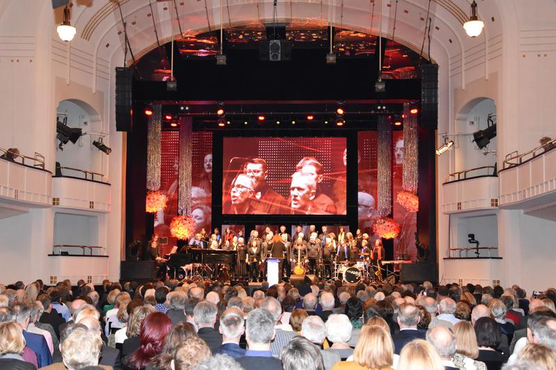 """""""Volles Haus"""" in der Landauer Jugendstil-Festhalle: Der Neujahrsempfang von OB Thomas Hirsch lockte in diesem Jahr besonders viel Publikum an."""