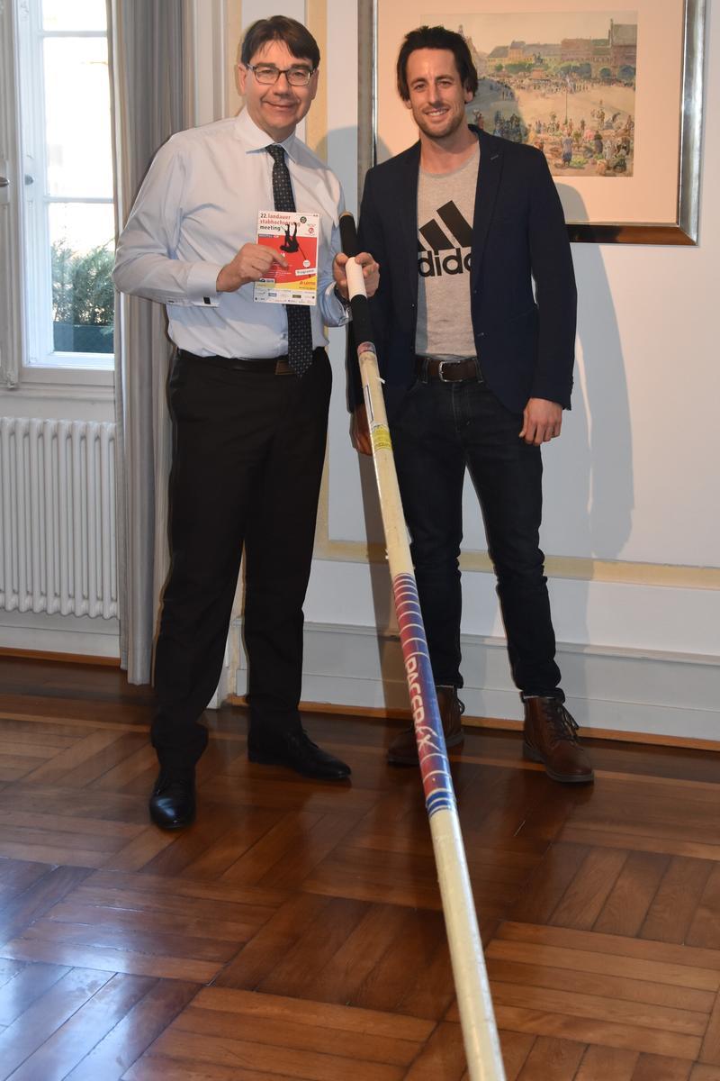 Spitzensport der Extraklasse: Oberbürgermeister und Schirmherr Thomas Hirsch (l.) und Meeting-Direktor Dennis Schober (r.) freuen sich auf das 23. Landauer Stabhochsprungmeeting am 25. Juni 2020.