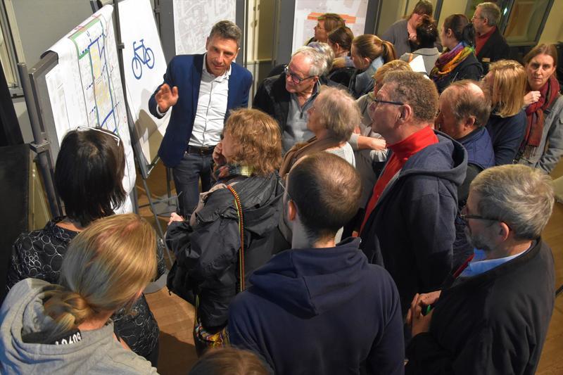 Bei der Veranstaltung hatten die Besucherinnen und Besucher die Möglichkeit, sich an mehreren Stationen über die geplanten Änderungen im Fuß-, Rad- und Autoverkehr sowie im ÖPNV zu informieren – ein Angebot, das gerne angenommen wurde.