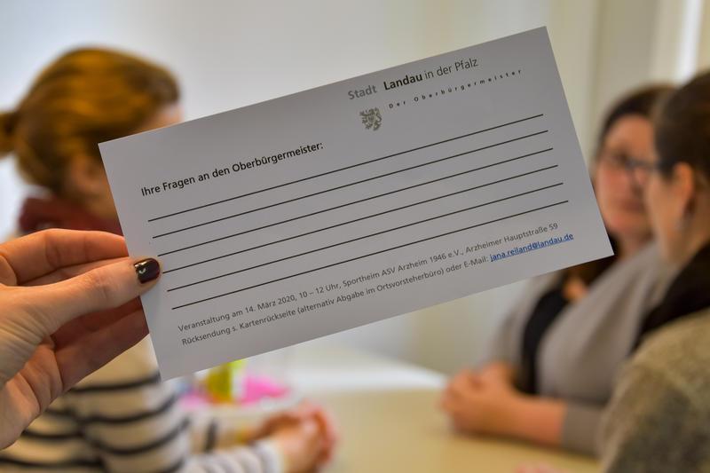 """Bürgerinnen und Bürger können """"Ihre Fragen an den Oberbürgermeister"""" auf Fragekärtchen notieren."""