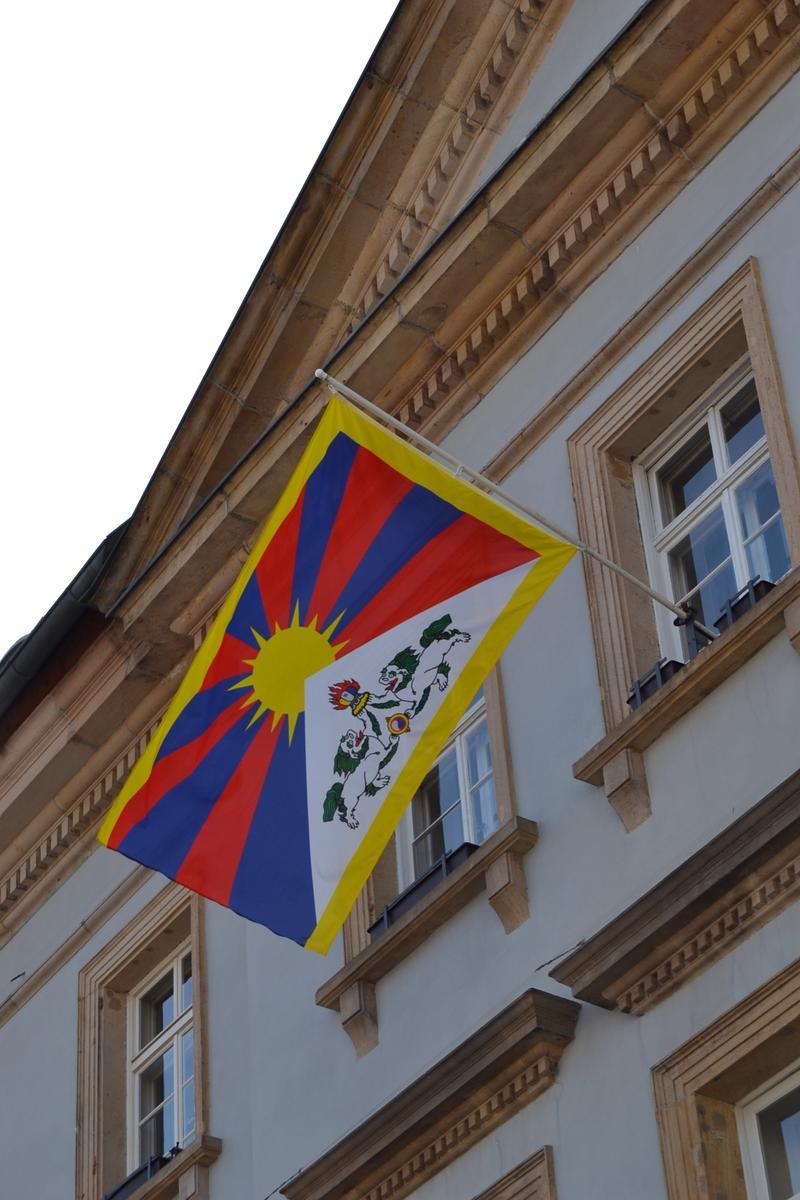 Auch in diesem Jahr wird am Landauer Rathaus zum Gedenktag des Volksaufstands in Tibet am 10. März die tibetische Flagge gehisst.