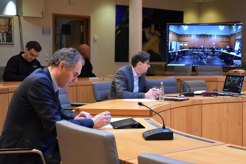OB Thomas Hirsch (r.) und Landrat Dietmar Seefeldt bei der Lagebesprechung zur Einrichtung eines gemeinsamen Katastrophenschutzstabs.
