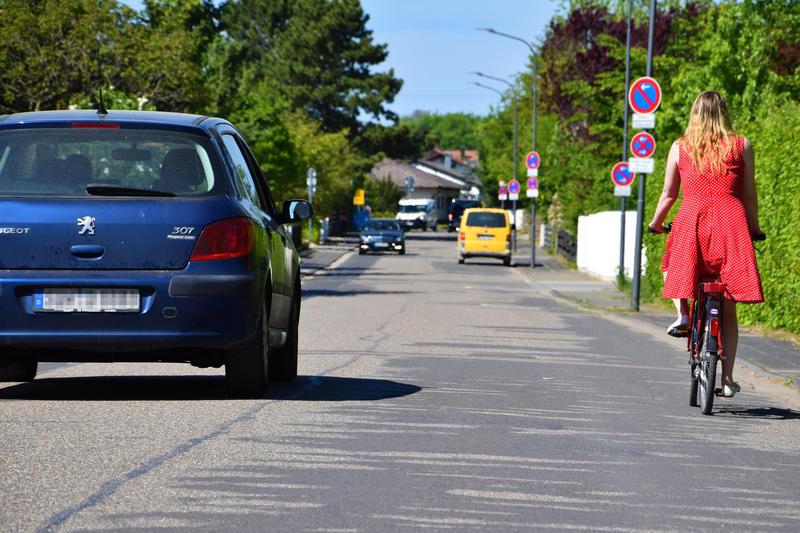 Autos und Fahrradfahrer auf der Straße