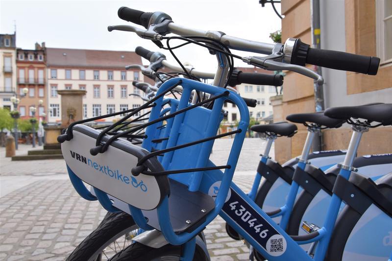 Ganz neu in Landau: Die Leihfahrräder von VRNnextbike warten unter anderem am Rathaus auf ihre ersten Fahrerinnen und Fahrer.