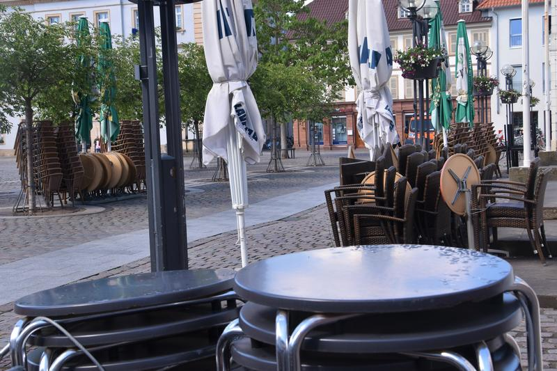 """In der Landauer Innenstadt laufen die Vorbereitungen auf den """"Restart"""" der Gastronomie."""