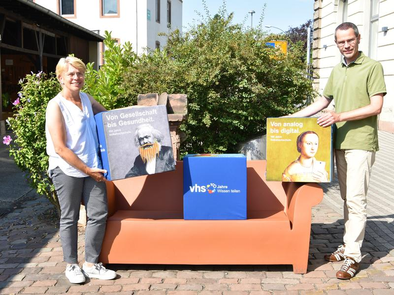 """Bildunterschrift: Freuen sich über die """"Wiedereröffnung"""" der Landauer VHS: Bürgermeister Dr. Maximilian Ingenthron und VHS-Leiterin Sigrid Gensheimer."""