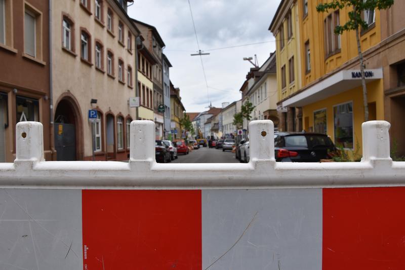 Absperr-Schild auf einer Straße