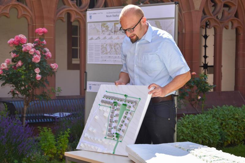 Bauamtsleiter Christoph Kamplade erläuterte am Modell die Planungen für die Neubaugebiete in vier Landauer Stadtdörfern – hier am Beispiel Godramstein.