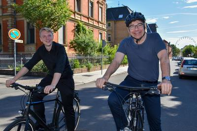 OB Thomas Hirsch (r.) und Verkehrsdezernent Lukas Hartmann rufen die Landauerinnen und Landauer zum STADTRADELN auf.