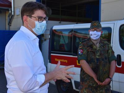 OB Thomas Hirsch beim Besuch der Corona-Teststation des Landes am Standort Landau.