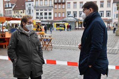 Marktmeisterin Sonja Brunner-Hagedorn und OB Thomas Hirsch beim Vor-Ort-Termin auf dem Winterwochenmarkt.